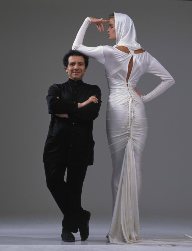 1 Azzedine Alaia_Elle McPherson en robe the marie╠üe ┬®Gilles_Bensimon_1986